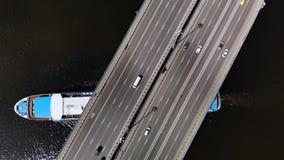 Vue supérieure de pont avec les voitures mobiles, sous lesquelles grand revêtement blanc bleu de croisière banque de vidéos