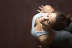 Vue supérieure de pose ascendante de yoga de chien ou de cobra de revêtement Photos stock