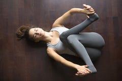Vue supérieure de pose de yoga de Supta Gomukhasana photos libres de droits