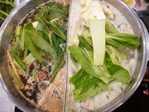 Vue supérieure de pot chaud de double saveur avec des légumes en soupe à Tom yum au restaurant photo stock
