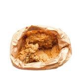 Vue supérieure de poulet frit dans le sac de papier brun d'isolement sur le blanc Images libres de droits