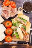 Vue supérieure de quatre sains et de sandwichs délicieux sur le verrat en bois photos stock