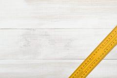 Vue supérieure de règle de centimètre placée sur la surface en bois avec l'espace ouvert Photo libre de droits