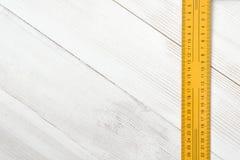 Vue supérieure de règle de centimètre sur la surface en bois avec l'espace ouvert Images stock
