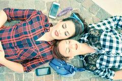 Vue supérieure de rétro goupille dénommée vers le haut des amies - jeunes femmes au repos Photographie stock