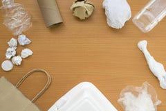 Vue supérieure de réutiliser des déchets de déchets sur le fond en bois avec l'espace central de copie, l'eco et le concept de sa photos libres de droits