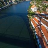Vue supérieure de rivière de Douro du pont en fer de Dom Luis I, Porto Photographie stock libre de droits