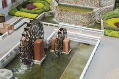 Vue supérieure de roue hydraulique dans le jardin Photographie stock libre de droits