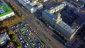 Vue supérieure de rue occupée de ville Circulation urbaine sur la route dans la ville avec le secteur dans le coucher du soleil P banque de vidéos