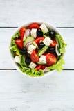Vue supérieure de salade grecque fraîche dans la cuvette blanche images libres de droits