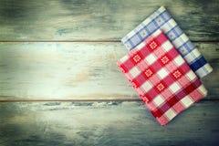 Vue supérieure de serviette à carreaux sur la table en bois photos libres de droits
