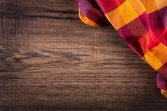 Vue supérieure de serviette à carreaux sur la table en bois Image libre de droits