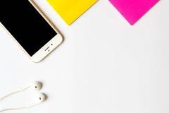 Vue supérieure de smartphone d'articles et de note collante Images stock