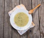 Vue supérieure de soupe à topinambour dans le plat photos stock
