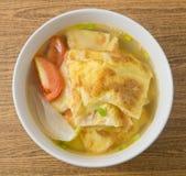 Vue supérieure de soupe thaïlandaise à omelette avec les tomates et l'oignon blanc images stock