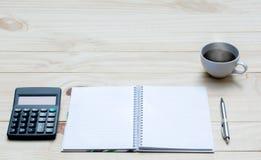 Vue supérieure de stylo avec la calculatrice et le carnet sur la table en bois et Photo libre de droits