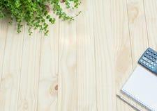 Vue supérieure de stylo avec la calculatrice et le carnet sur la table en bois et Photographie stock libre de droits