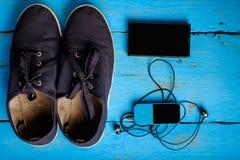 Vue supérieure de téléphone et d'espadrilles Image libre de droits
