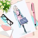 Vue supérieure de table avec des fleurs, papiers, croquis, stylo, enveloppe Papier avec la femme tirée par la main de mode avec d Photographie stock