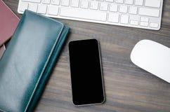 Vue supérieure de table de fonctionnement en bois avec le téléphone intelligent vide Images libres de droits