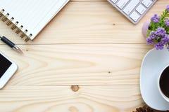 Vue supérieure de table en bois avec des fournitures de bureau Images stock
