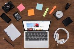 vue supérieure de table en bois avec la caméra et l'ordinateur portable vides de photo de smartphone de manuel avec ebay image stock
