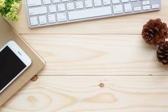 Vue supérieure de table en bois avec la vue supérieure de fournitures de bureau Photos stock