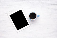 Vue supérieure de tablette et de tasse de café sur la table en bois Photo libre de droits