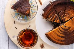 Vue supérieure de tarte aux noix de pécan et de thé sur le fond en bois Photos libres de droits