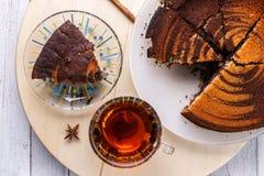 Vue supérieure de tarte aux noix de pécan et de thé sur le fond en bois photo stock