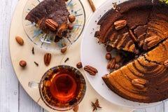 Vue supérieure de tarte aux noix de pécan et de thé sur le fond en bois Image stock