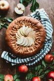 vue supérieure de tarte aux pommes disposée et de pommes fraîches avec les feuilles vertes image libre de droits