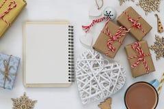 Vue supérieure de tasse avec le cacao chaud et les boîte-cadeau handcrafted Images libres de droits