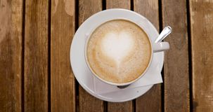 Vue supérieure de tasse de cappuccino avec l'art de latte banque de vidéos