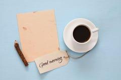 Vue supérieure de tasse de café à côté de papier blanc et d'étiquette Image stock