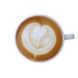 Vue supérieure de tasse de café blanc avec l'isolat en forme de coeur de mousse de lait Image stock