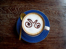 Vue supérieure de tasse de café sur la vieille table en bois Images stock