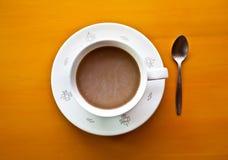 Vue supérieure de tasse de café sur le fond jaune Image libre de droits