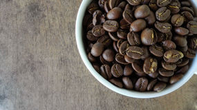 Vue supérieure de tasse de café sur le fond en bois de table Image stock