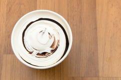 Vue supérieure de tasse de crème glacée sur la table en bois Photographie stock libre de droits
