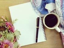 Vue supérieure de tasse et de fleur de café avec l'espace de copie Photos stock