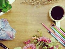 Vue supérieure de tasse et de fleur de café avec l'espace de copie Photo libre de droits