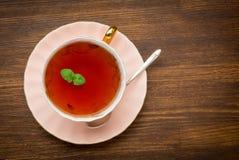 Vue supérieure de thé avec la menthe sur le fond en bois photos stock
