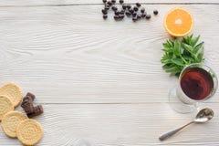 Vue supérieure de thé de fruit sur la table en bois de planche photo libre de droits