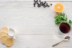 Vue supérieure de thé de fruit sur la table en bois de planche photographie stock libre de droits