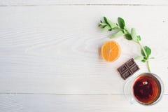 Vue supérieure de thé de fruit sur la table en bois de planche images stock