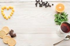 Vue supérieure de thé de fruit sur la table en bois de planche image libre de droits