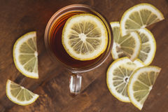 Vue supérieure de thé noir avec le citron dans la tasse et sur la table en bois de planche photo libre de droits