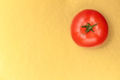 Vue supérieure de tomate juteuse rouge sur un fond d'or Photographie stock libre de droits