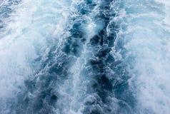 Vue supérieure de traînée de bateau d'eau de mer Vague mousseuse blanche Voyage tropical de ferry d'île Image stock